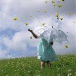 Sob uma chuva de pólen e flores