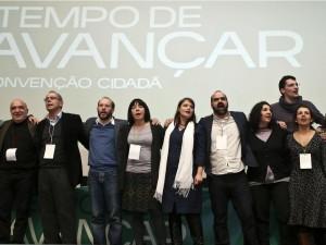 Foto final do palco da convenção cidadã Tempo de Avançar realizada dia 31/01 no Fórum Lisboa com as suas principais figuras a cantarem a Grândola Vila Morena